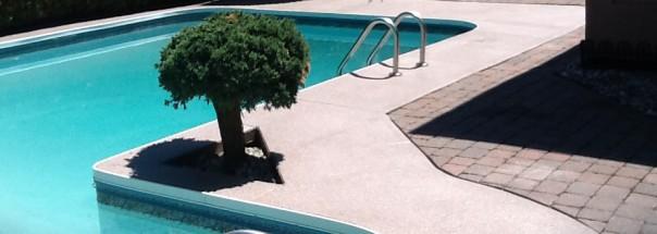 Terrasse de piscine en béton décoratif